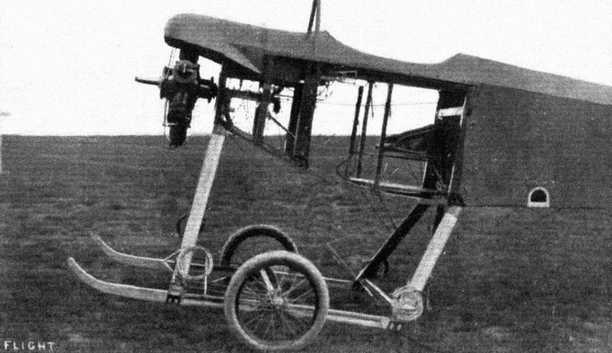 """""""Vista sin la carcasa de aluminio que cubría la parte delantera del fuselaje, permitiendo el acceso al motor y los controles."""" Fuente: Flight (for caption and photo)"""